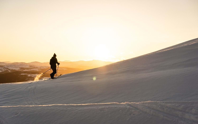 Houdinisportswear_sustainability_spring_skiing_sunset.jpg